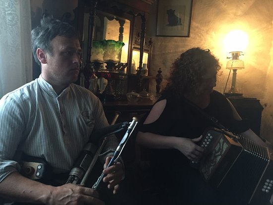 Muckross Traditional Farms: singers performing at Muckross Farm
