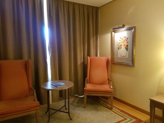 Parador de Salamanca: habitación amplia con zona de estar