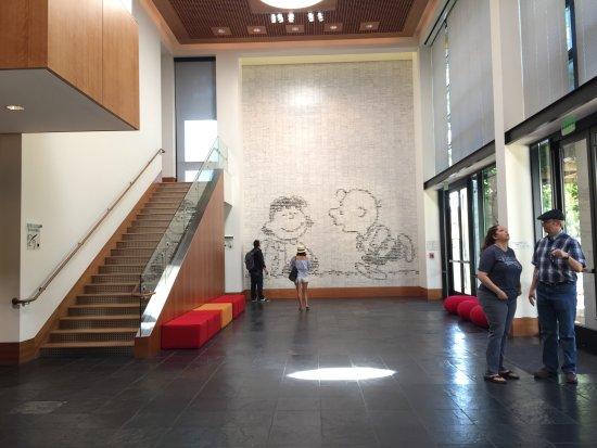 Σάντα Ρόσα, Καλιφόρνια: A wall of cartoon strips arranged to create Lucy and Charlie Brown