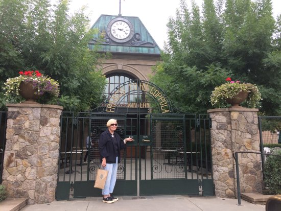 Geyserville, CA: The gate is open and waiting for you