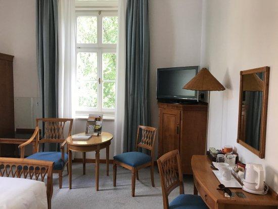 Parkhotel Laurin: Blick in ein Zimmer mit Wasserkocher
