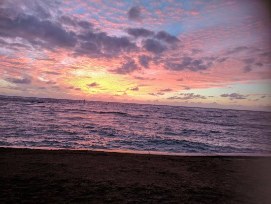 Pono Kai Resort: Sunrise from the beach in front of the Kono Pai!