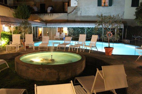 Croce di Malta Hotel: pool at night