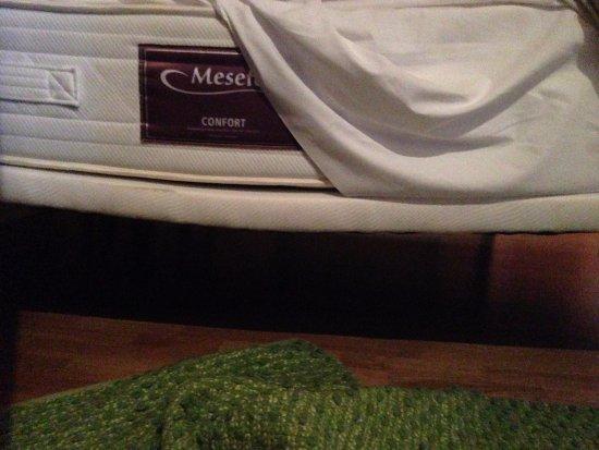 Mataelpino, Hiszpania: La cama parecía una herradura. Imposible conciliar el sueño de forma decente.