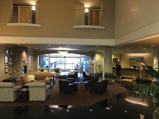 Sheraton Sonoma County - Petaluma: Lobby and front desk.