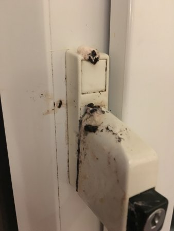 Ledsham, UK: Dirty window lock