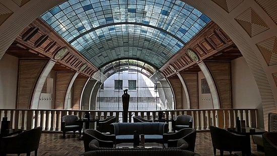 Continental Hotel Budapest: Bar sur la mezzanine au dessus de l'accueil