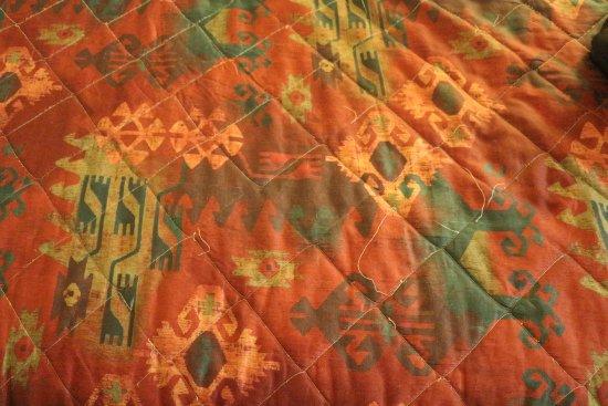 Maswik Lodge: Threads unraveling on bedspread