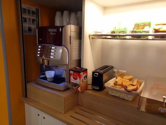 hotelF1 Geneve Aeroport Ferney Voltaire : buffet breakfast
