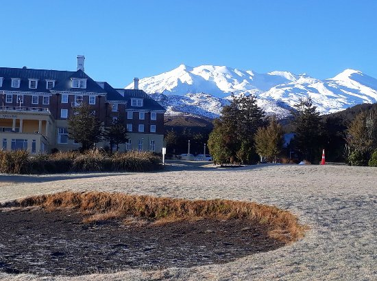 Whakapapa, New Zealand: Crisp early Morning. Frost underfoot with amazing Mountain views.
