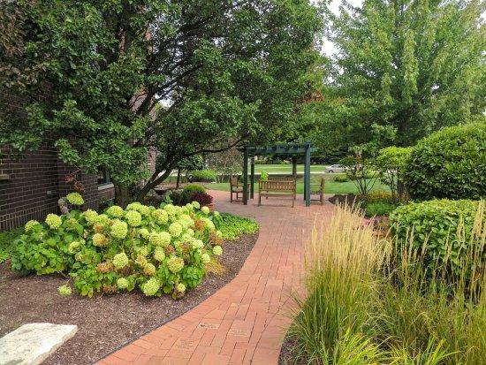 เดเรียน, อิลลินอยส์: Front, outdoor eating area and garden