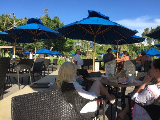 Hale Koa Hotel: The Beach bar area