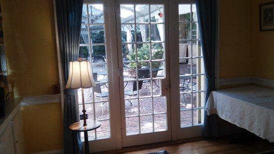 Morris House Hotel: Library/breakfast room overlooking terrace