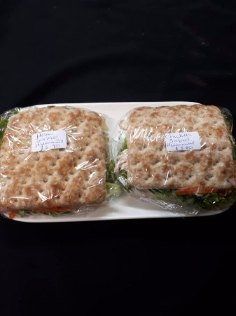 Westport, Yeni Zelanda: New to Gibby's - Sandwich thins with ham or chicken, salad & hummus $5.80