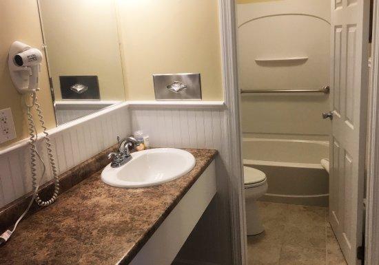 Chatham Highlander: Room 110 Bath