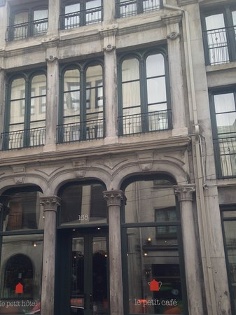 Le Petit Hotel: Lovely facade of the well situated hotel in old Montreal