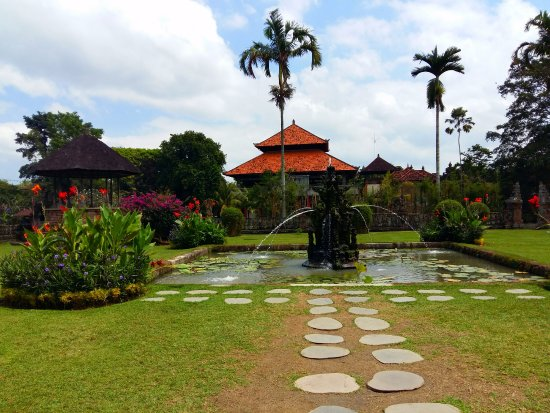 Mengwi, Indonésie : Garden and fountain view