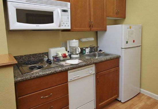 Campbell, Californië: Studio & Home Office Suite Kitchen
