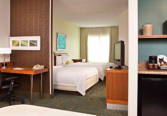 Peabody, MA: Queen/Queen Suite