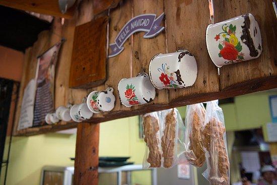 """San Ramon, Costa Rica: Tazas tradicionales de """"antaño"""" y sobados (Dulce hecho a mano con miel de caña de azúcar y leche"""