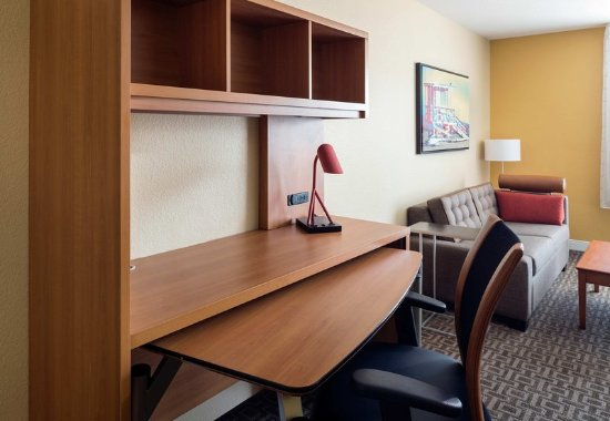 Hawthorne, CA: Suite Desk Area
