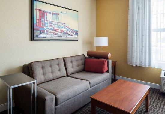 Hawthorne, CA: Studio Suite - Living Area