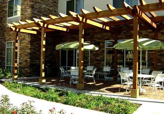 Fairfield Inn & Suites Houston Conroe Near The Woodlands®: Patio Sitting Area