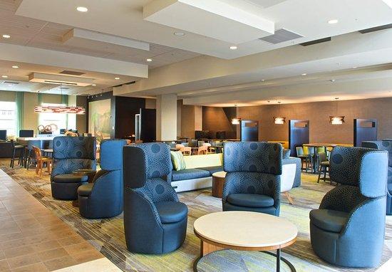 Everett, WA: Lobby Seating Area