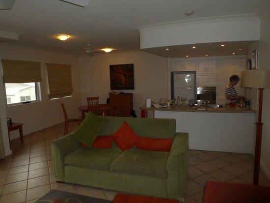 Coolum Beach, Avustralya: kitchen and dining area