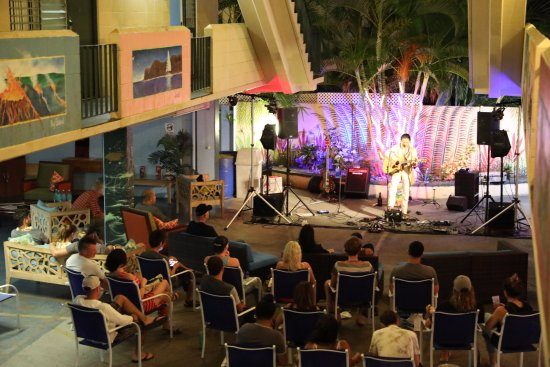 Waikiki Beachside Hostel: Lounge Entertainment Weekly!