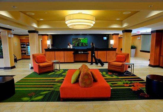 Fairfield Inn & Suites Kennett Square Brandywine Valley: Front Desk & Lobby