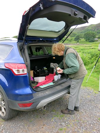 Dervaig, UK: Pam serves a delicious lunch