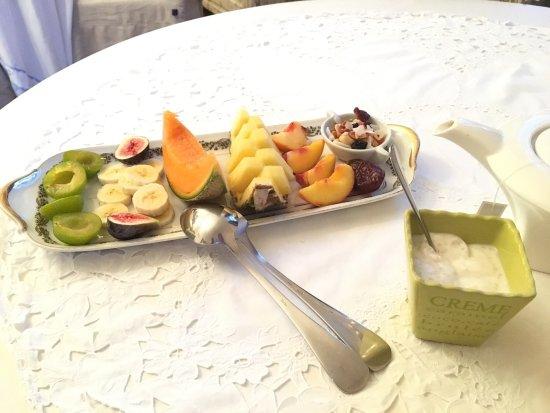 Thouars, France: Fruits frais au petit déjeuner