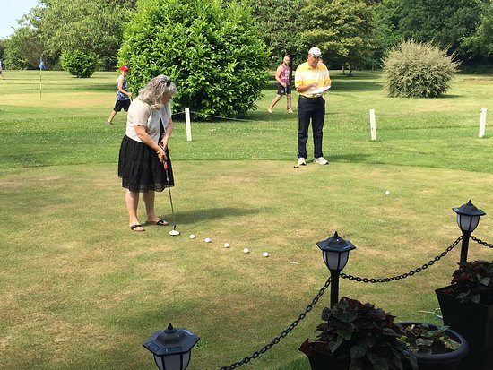 Letchworth, UK: Putting competition! Great fun!