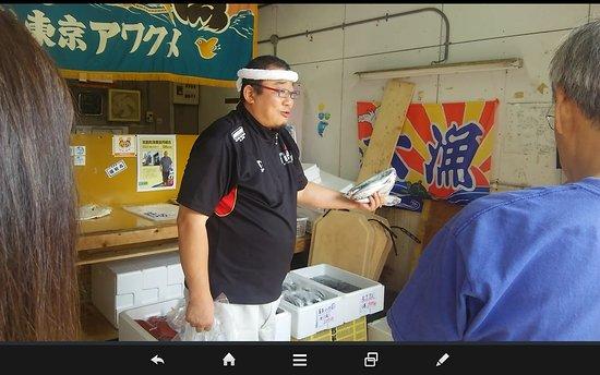 Manazuru-machi, Japan: 店員さん。口上がうまいです。朝食に刺身にしてうまかった等つい買っちゃいます。