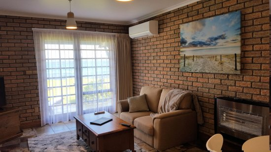 Stanley, Avustralya: Bayvilla one bedroom apartment lounge area towards the sea