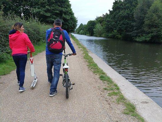 Salford, UK: Pleasant walk by the waterway