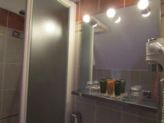 petite salle de bain avec lavabo, douche et wc - Bild von ...