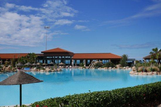 Hotel Riu Tikida Dunas : Pool area - view to the breakfast restaurant