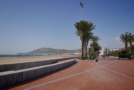 Hotel Riu Tikida Dunas : The promenade next to the beach
