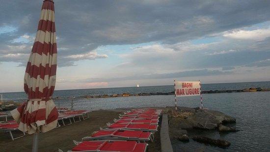 Diano Marina, Italy: Vista della spiaggia , lezione teorico e pratica GRATUITA di biologia marina e snorkeling, sangr