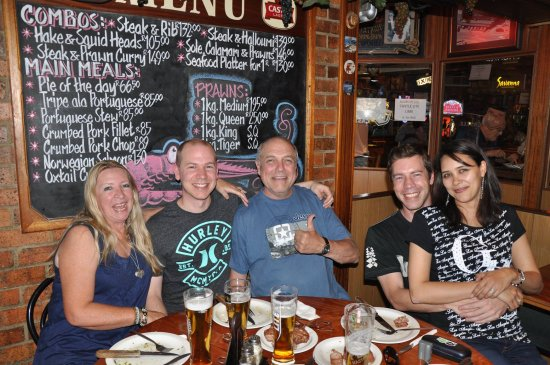 Randburg, Sør-Afrika: The Leader Family having a great time at Cesco's - great vibe and good food