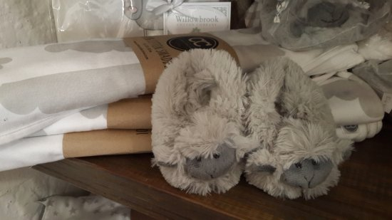 Hermanus, Sudáfrica: Cutest sheep slippers for babies. Cotton blankets.