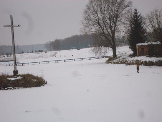Skierniewice, Polonia: Przy grubym lodzie spokojnie można wejść na wyspę z krzyżem .