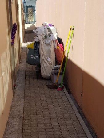 Reinigungswagen, der einem wirklich den Weg versperrt, durch die vielen Sackerln am Wagen.