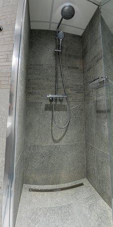 The RoadHouse Prague: Shower