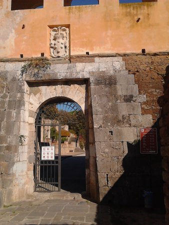 Giardino Scotto: fortress gate with crest