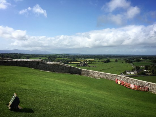 Rock of Cashel : Countryside is beautiful - Hore Abbey in middle of view