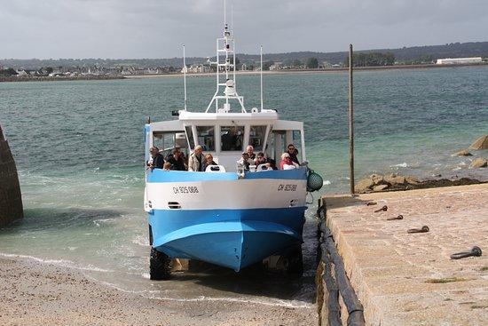 Saint-Vaast-la-Hougue, Γαλλία: Le bateau qui nous dépose sur l'île de Tatou