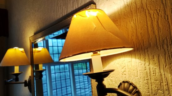 Mercure Telford Madeley Court Hotel: Ripped / broke lampshades